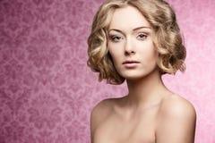 Skönhetflicka med det korta hår-snittet Fotografering för Bildbyråer