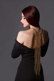 skönhetflicka med en halsband på henne tillbaka Fotografering för Bildbyråer