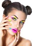 Skönhetflicka med färgrik makeup Arkivfoton