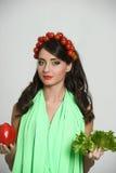 Skönhetflicka med grönsakhårstil Härlig lycklig ung kvinna med grönsaker på hennes huvud Det sunda matbegreppet, bantar, veget Arkivbild