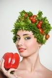 Skönhetflicka med grönsakhårstil Härlig lycklig ung kvinna med grönsaker på hennes huvud Det sunda matbegreppet, bantar, veget Royaltyfria Bilder