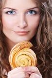 Skönhetflicka med kakan fotografering för bildbyråer