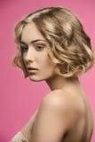 Skönhetflicka med kort lockigt hår Royaltyfri Bild