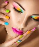 Skönhetflicka med livlig makeup och färgrikt nailpolish Royaltyfri Foto