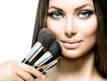Skönhetflicka med makeupborstar Arkivbilder