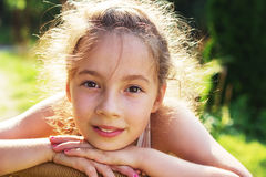 Skönhetflicka som tycker om utomhus naturen Härlig intelligens för tonårs- flicka Fotografering för Bildbyråer