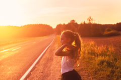 Skönhetflicka som tycker om utomhus vägtur på solnedgången Härlig utslagsplats royaltyfria bilder