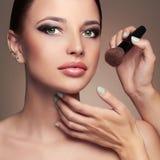 Skönhetflickamakeup cosmetic applicera smink härlig framsidakvinna Royaltyfri Foto