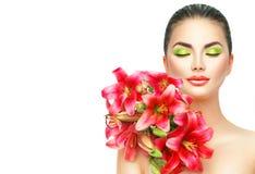 Skönhetflickan med lilly blommar buketten Royaltyfri Bild