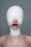 Skönhetflickan med vit förbinder på hennes huvud royaltyfria foton
