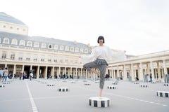 Skönhetflickaställningen i yoga poserar i paris, Frankrike royaltyfri foto