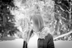 Skönhetflickastående fotografering för bildbyråer