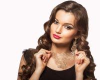 Skönhetfors av den smarta brunettkvinnan som isoleras på vit Royaltyfria Bilder