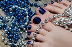 Skönhetfoto av trevliga blått pedicured fot royaltyfri fotografi