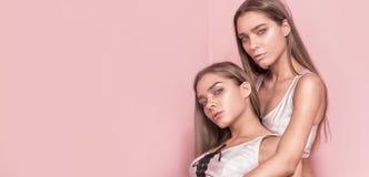 Skönhetfotoet av caucasianen kopplar samman systrar Royaltyfria Foton