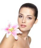 Skönhetframsida av den nätt kvinnan med blomman Royaltyfri Bild