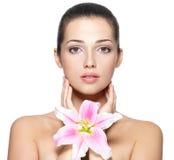 Skönhetframsida av den unga kvinnan med blomman Royaltyfria Bilder