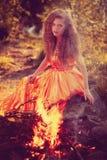 Skönhethäxa i träna nära branden Magiskt fira för kvinna royaltyfria foton