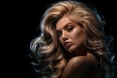 Skönhetheadshot av den blonda modellen för mode på mörk bakgrund arkivbild