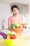 Skönhethemmafru i kök Fotografering för Bildbyråer
