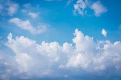 Skönhethimmel med molnigt, serenitetnaturbakgrund royaltyfri foto