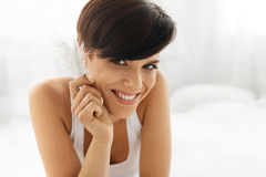 Skönhethudomsorg Härlig kvinna med mjuk hud och den nya framsidan Royaltyfri Foto
