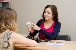 Skönhetkonsulenten annonserar ett nytt hjälpmedel för att massera huden arkivbild