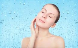 Skönhetkvinna, hudomsorg och friskhetbakgrund med droppar Arkivfoton