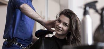 Skönhetkvinna i frisörs salong Arkivbilder