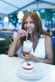 Skönhetkvinna i kafé Arkivbild