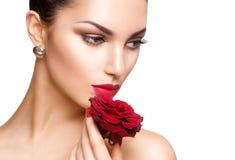 Skönhetkvinna med den röda rosen Arkivfoton
