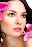 Skönhetkvinna med den vibrerande blomman Fotografering för Bildbyråer