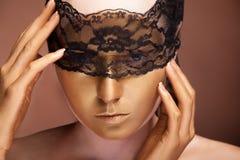 Skönhetkvinna med guld- smink för konstmode royaltyfri foto