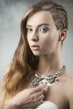 Skönhetkvinna med idérikt smink Royaltyfri Bild