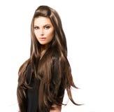 Skönhetkvinna med långt brunt hår arkivfoton