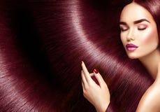 Skönhetkvinna med långt brunt hår som bakgrund arkivbilder