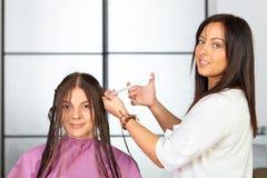 Skönhetkvinna med långt sunt och skinande slätt svart hår Applikation av skönhetsmedel arkivfoto