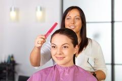 Skönhetkvinna med långt sunt och skinande slätt svart hår Kvinnafrisyr cutting royaltyfria bilder