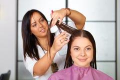 Skönhetkvinna med långt sunt och skinande slätt svart hår Kvinnafrisyr cutting arkivbild