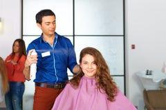 Skönhetkvinna med långt sunt och skinande slätt svart hår Kvinnafrisyr sprej arkivfoton