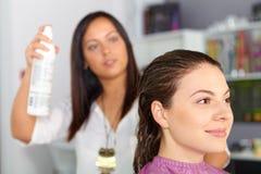 Skönhetkvinna med långt sunt och skinande slätt svart hår Kvinnafrisyr sprej royaltyfria foton