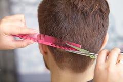 Skönhetkvinna med långt sunt och skinande slätt svart hår Manfrisyr cutting arkivbilder