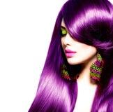 Skönhetkvinna med långt sunt purpurfärgat hår Arkivfoto