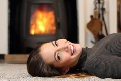Skönhetkvinna med perfekt leende som hemma vilar arkivbild