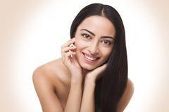 Skönhetkvinna med perfekt prickfri hud för rengöring royaltyfri fotografi