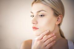 Skönhetkvinna med rengöringen, ny hud royaltyfri fotografi