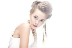Skönhetkvinna med stilfull makeup arkivbild