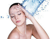 Skönhetkvinna och blått vatten royaltyfri foto