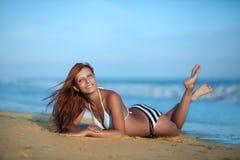 Skönhetkvinna på havsstranden fotografering för bildbyråer