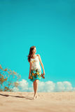 Skönhetkvinna på stranden Stilfull härlig ung le flicka Arkivfoton